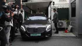 Un coche oficial llega a la residencia del cónsul saudí en Estambul.
