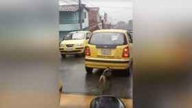 Un perro persigue bajo la lluvia al taxi de sus dueños tras ser abandonado