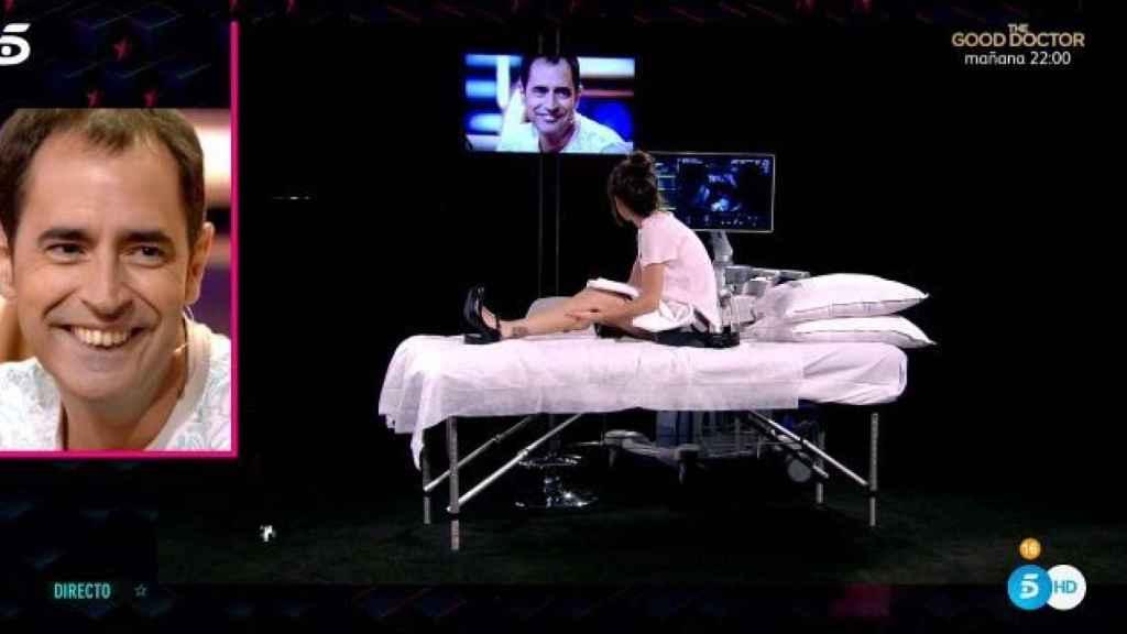 Verdeliss en la camilla viendo a su marido en directo.