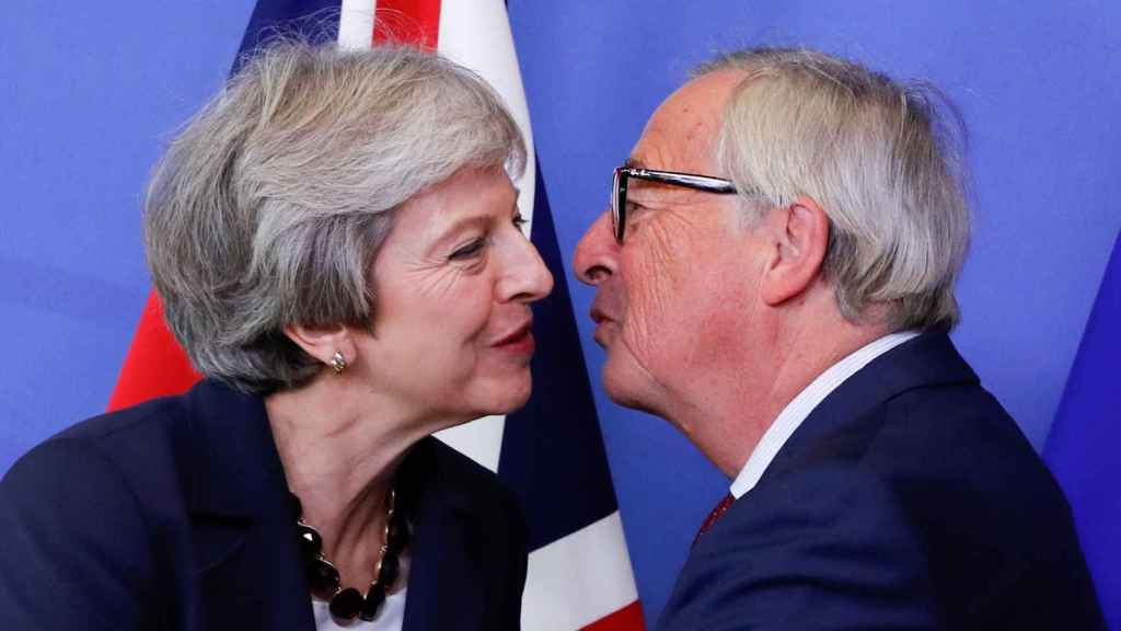 May saluda al presidente de la Comisión, Jean-Claude Juncker