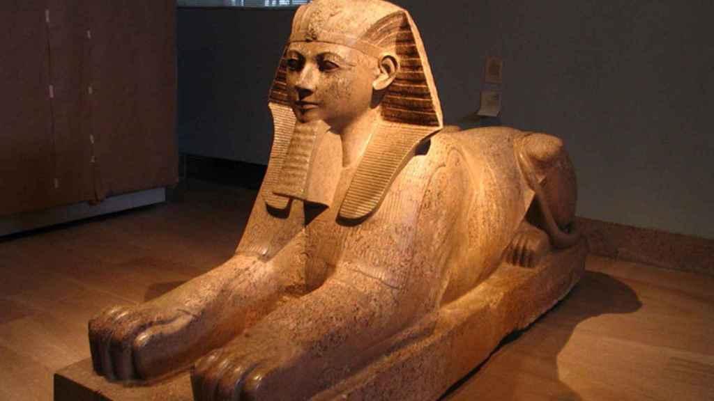 Esfinge de Hatshepsut representada con barba postiza faraónica.