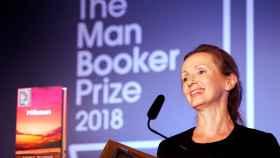 Anna Burns sonríe tras recibir el Man Booker.