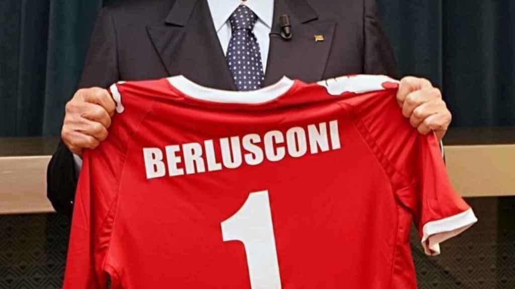 Silvio Berlusconi, posa con su nueva camiseta. Twitter: @berlusconi