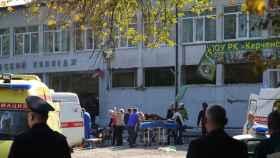 Servicios de emergencia atienden a los heridos en Crimea.