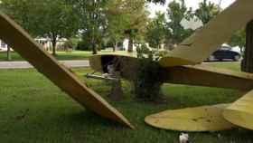 Una avioneta real y dos esqueletos conforman la decoración