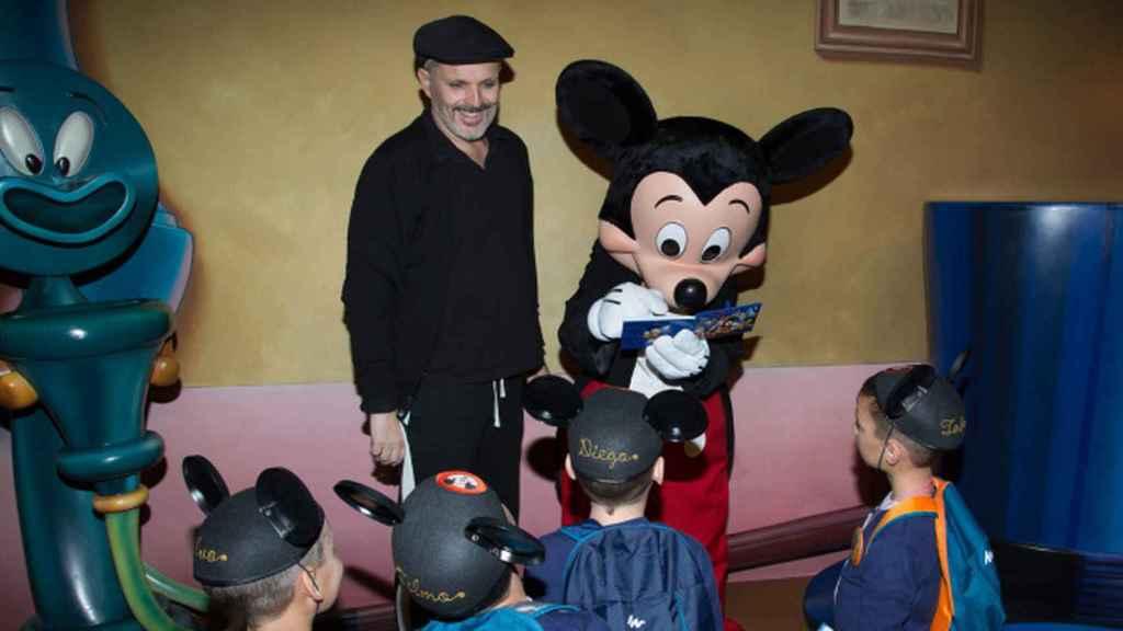 Miguel Bosé con sus hijos en Disneyland.