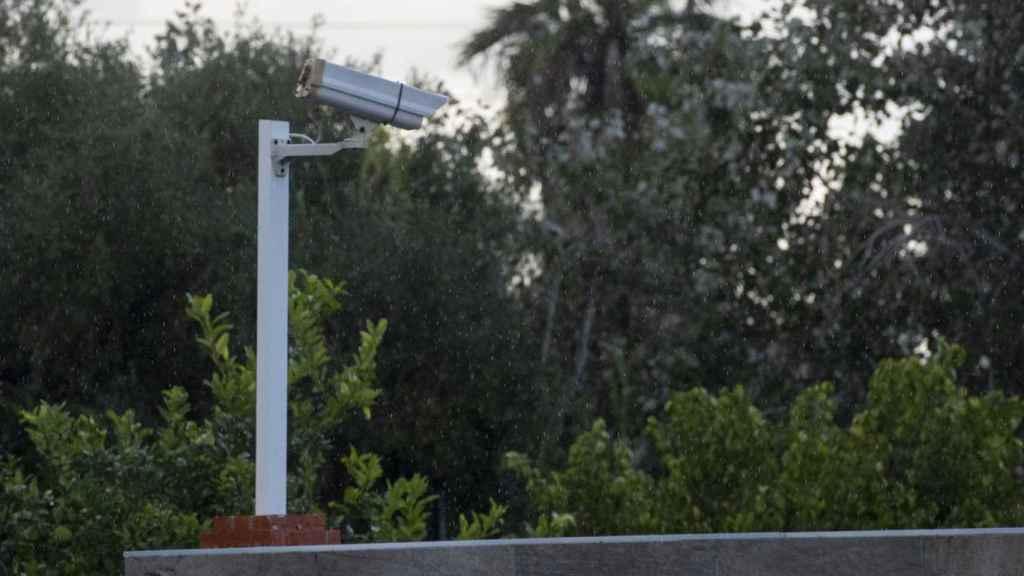 La casa que sirve de chalet de intercambio de citas, propiedad de Francisco Tejón, cuenta con cámaras de vigilancia.