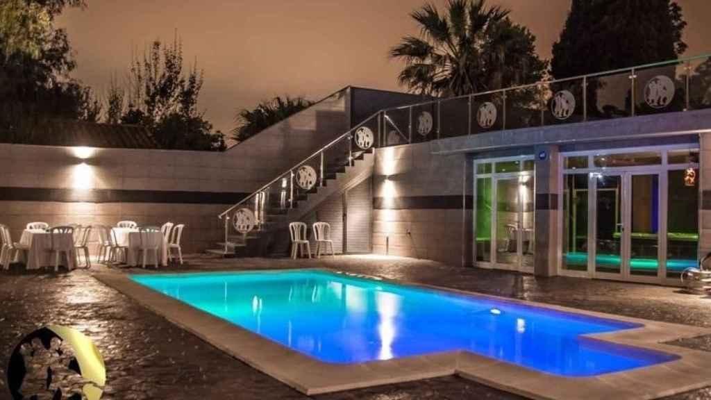 La piscina del chalet de intercambio de parejas.