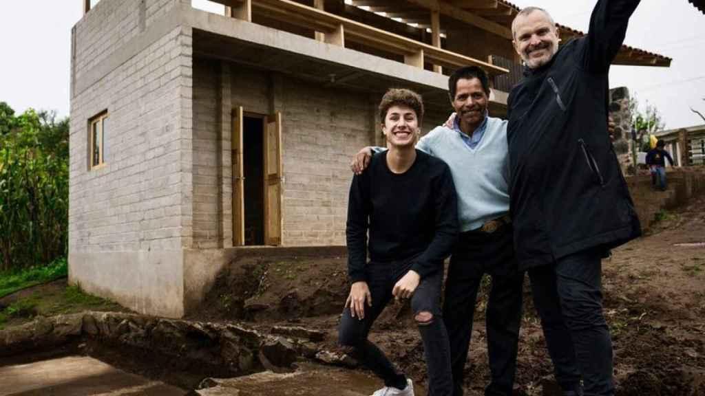 Miguel Bosé visitando la zona afectada por el terremoto.