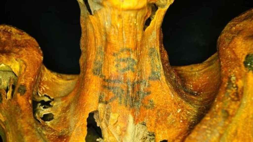 Uno de los tatuajes de la momia.