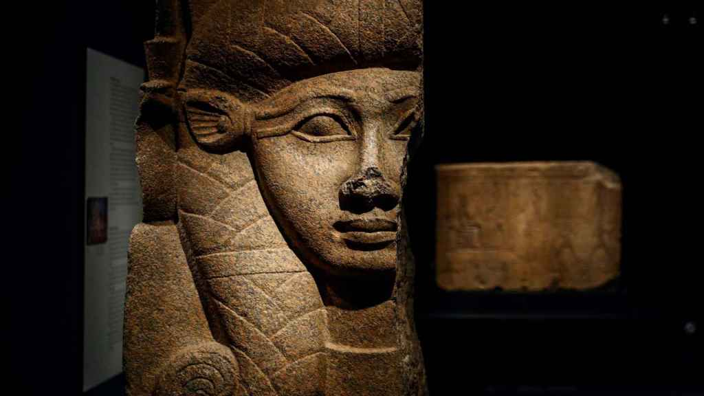 Capitel de Hathor, de granito rojo,que pertenece al reinado de Osorkon II. 874-850 a.c., que forma parte de la exposición 'Faraón. Rey de Egipto'.