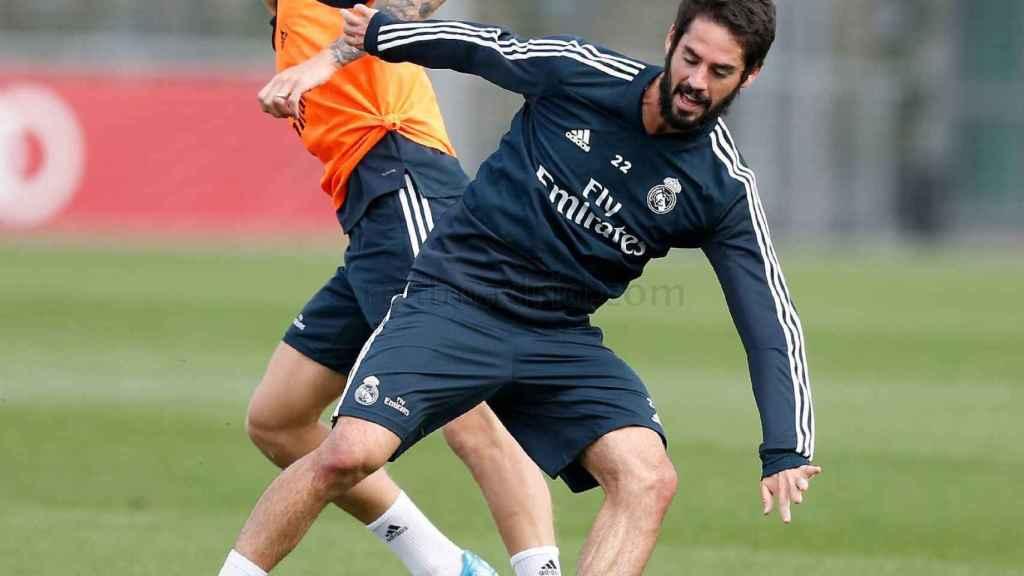 Isco y Toni Kroos disputan un balón durante un entrenamiento