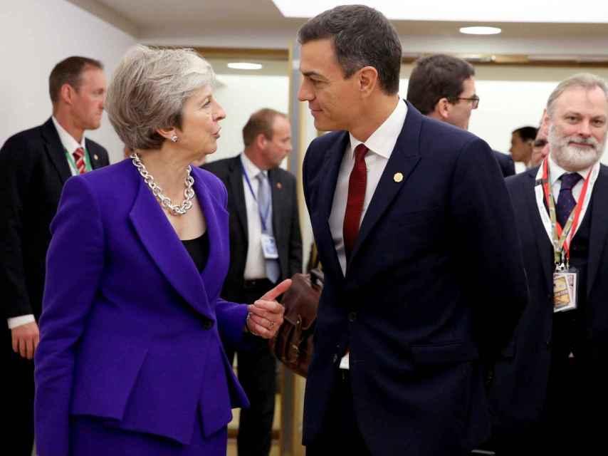 Sánchez  y May conversan en Bruselas durante la última cumbre de octubre