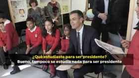 El presidente del Gobierno, Pedro Sánchez, atiende a unos escolares.