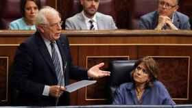 Delgado atiende a la intervención de Borrell en el Congreso