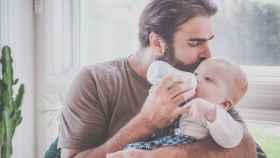 Padre cuidando a su bebé./