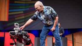 Marc Raibert, CEO de Boston Dynamics, con uno de sus robots, Spotmini.