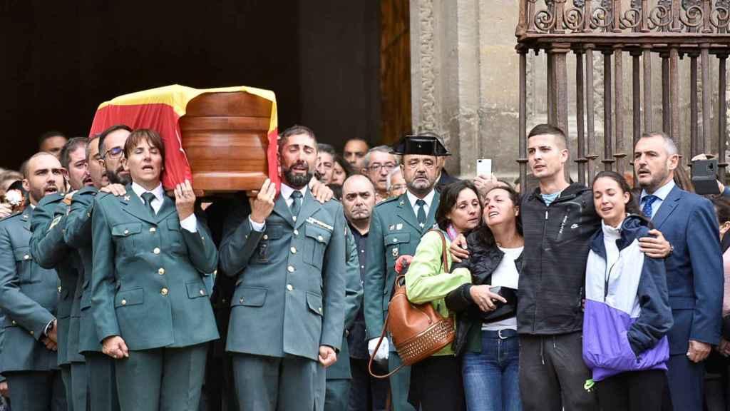 Lucía, la primera por la derecha, en el funeral de su padre.