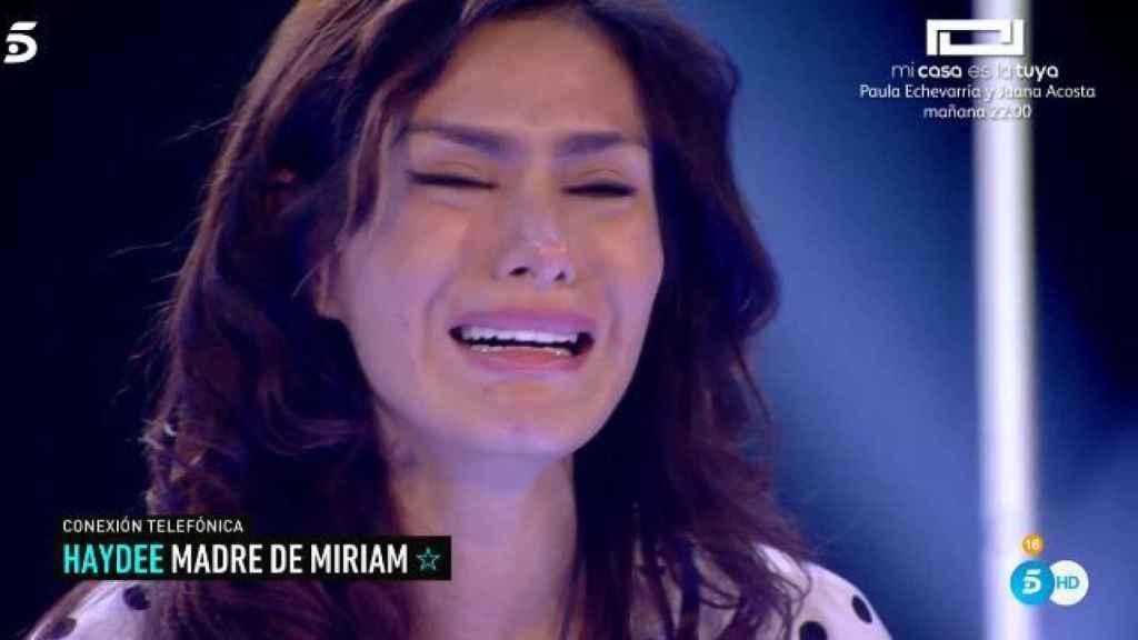 Miriam llorando al hablar con su madre.