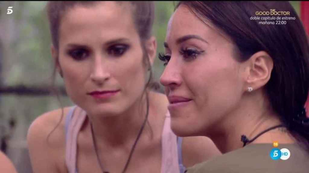 Aurah llorando junto a Verdeliss.