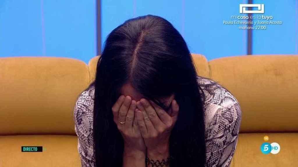 Aurah llorando desconsolada por su hijo.