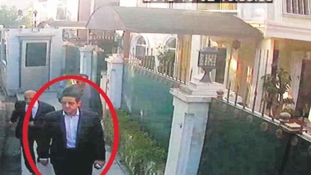 Maher Abdulaziz Mutreb, a la entrada del consulado de Arabia Saudí en Estambul el día de la desaparición del periodista Khashoggi.
