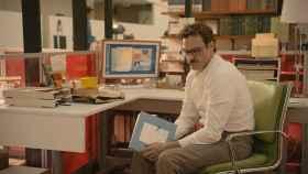 Theodore (Joaquin Phoenix) reflexiona en una escena de 'Her'