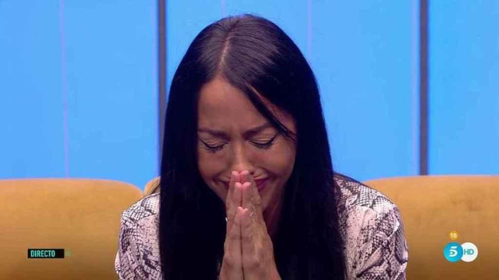 Aurah Ruiz llorando al confesar la dura enfermedad de su hijo.