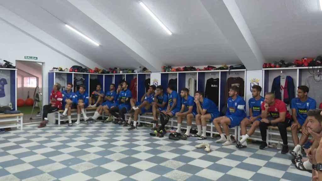 Los jugadores de la UD Melilla siguen el sorteo de la Copa del Rey