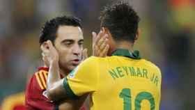 Xavi y Neymar, en un partido entre España y Brasil.