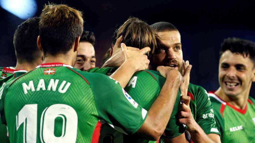 Los jugadores del Alavés se abrazan tras el gol de Pina ante el Celta