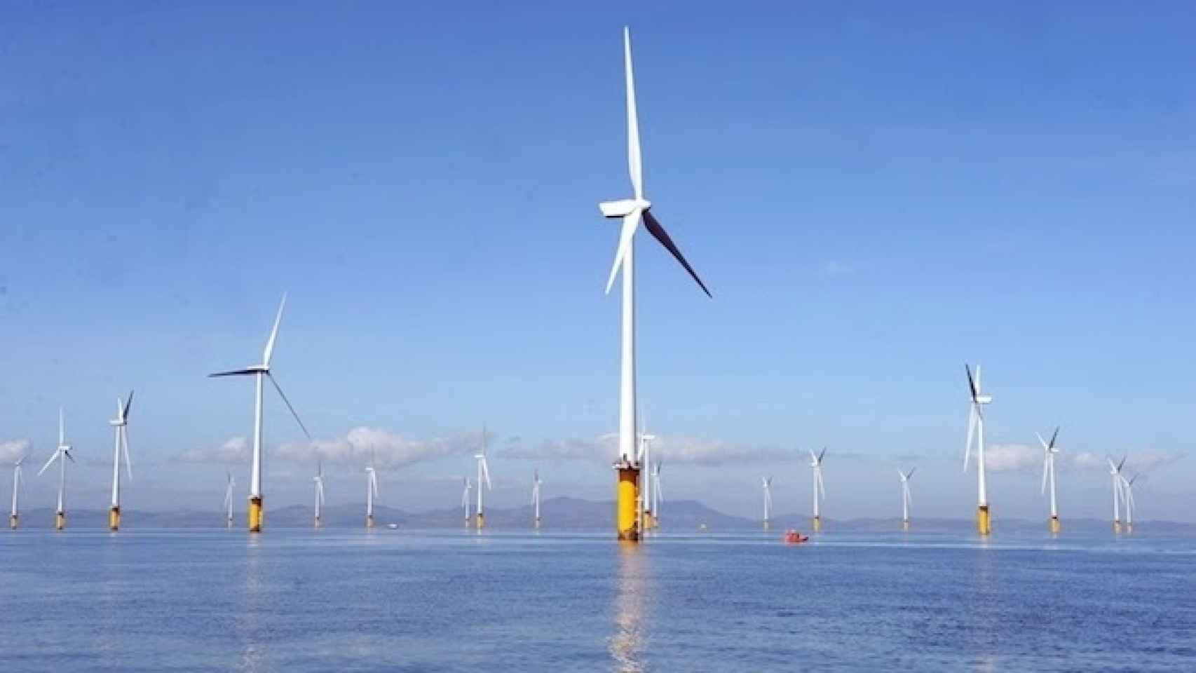 Imagen de un parque eólico marino.