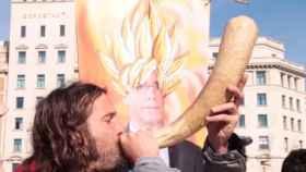 Al toque de cuerno, los adoradores de Puigdemont mandan su energía al cielo