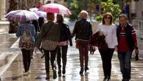 Varias personas pasean este sábado por la tarde en Málaga.