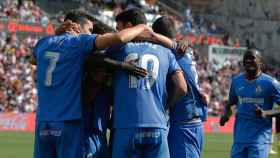 Los jugadores del Getafe celebran un gol ante el Rayo Vallecano