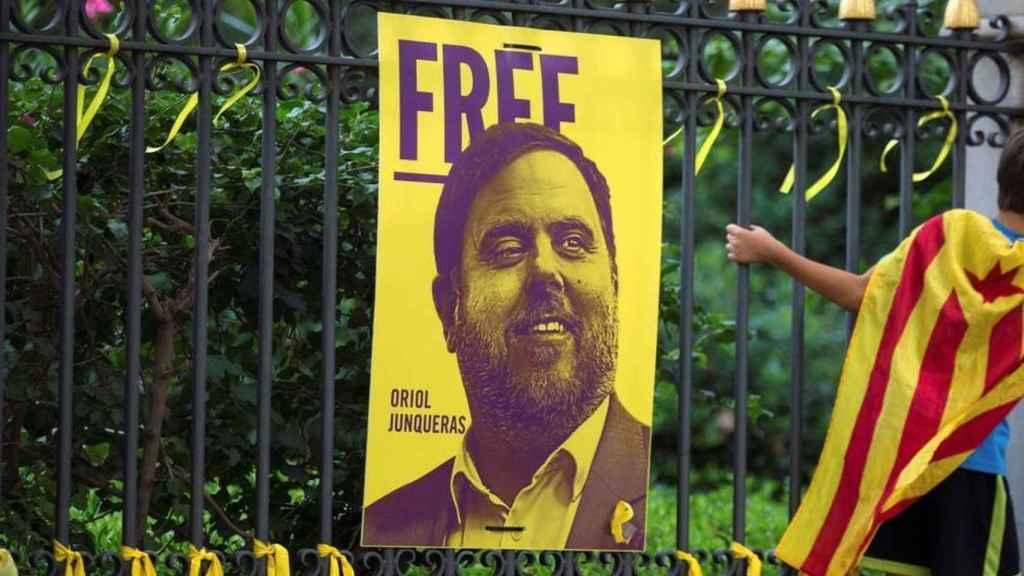Un cartel pide la libertad de Oriol Junqueras .