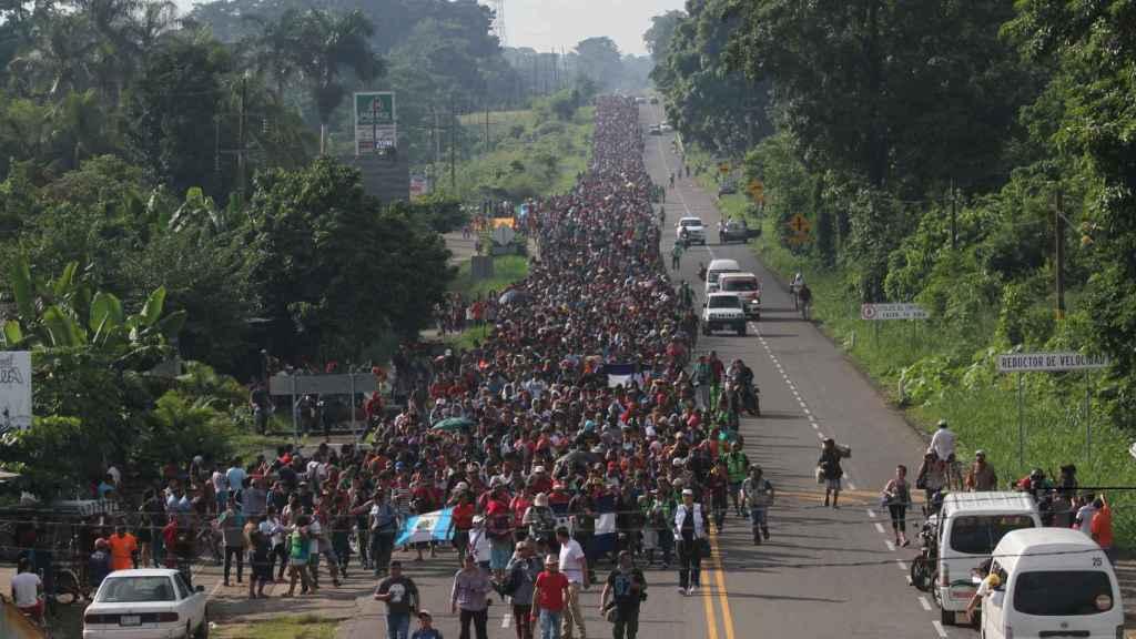 Migrantes hondureños caminan hacia Tapachula, paso obligado hacia la frontera con Estados Unidos.