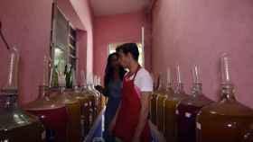 El cubano que fabrica vino con condones