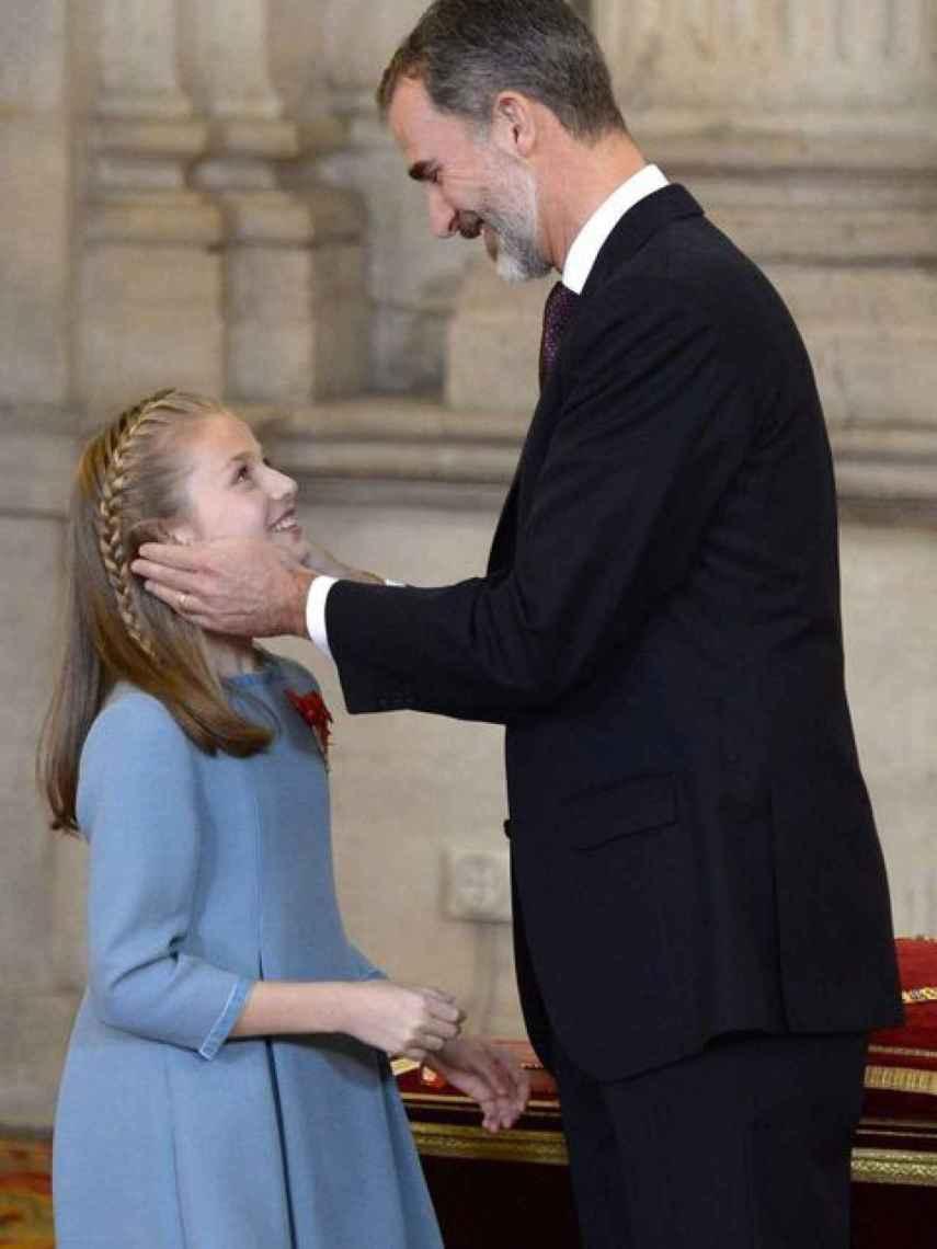 El rey Felipe VI impone el Toisón de Oro a su hija, la princesa Leonor, en su 50 cumpleaños.