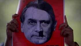 Una pancarta con la cara de Bolsonaro en una manifestación en contra del candidato.
