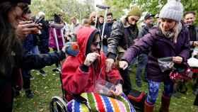 Gente con cannabis durante una comida para celebrar que Canadá legalizaba la marihuana recreativa