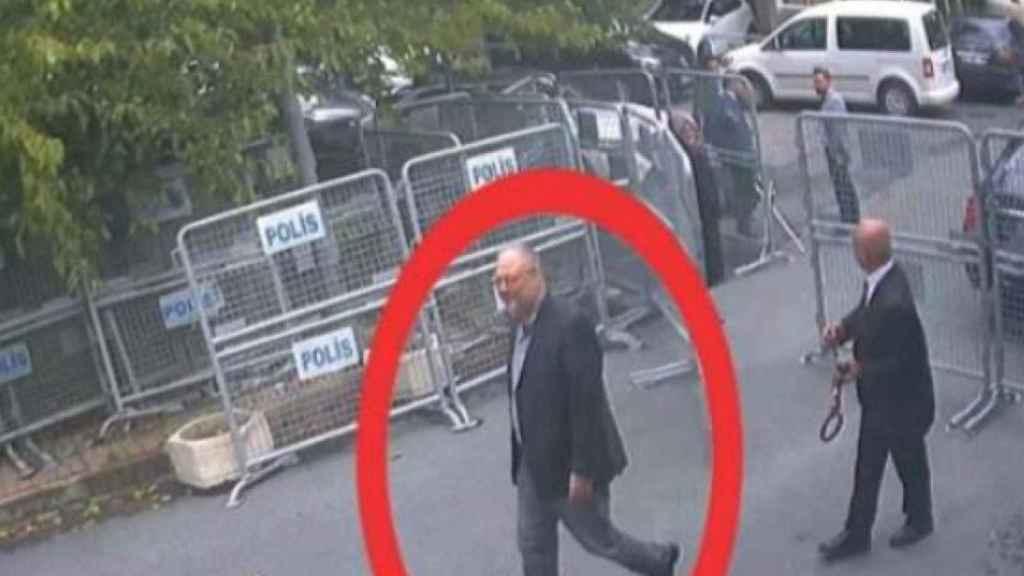El periodista saudí entrando al consulado en una imagen de las cámaras de seguridad