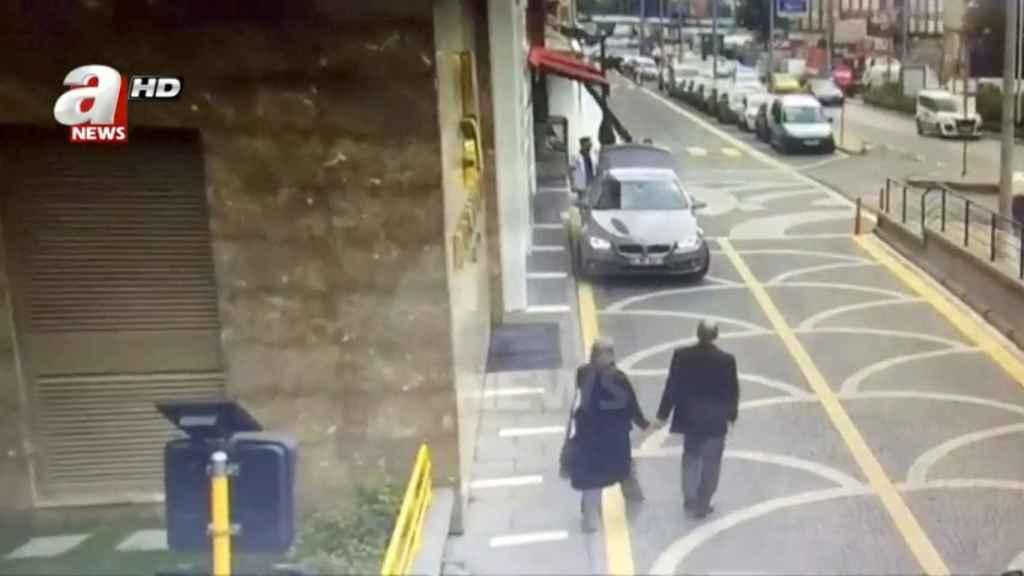 Khashoggi y su novia, caminando por las calles de Estambul hacia el consulado.