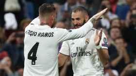 Benzema y Ramos celebran el primer gol del Real Madrid frente al Viktoria Pilsen.