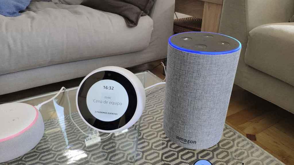 Amazon Echo junto a un Amazon Echo Spot.