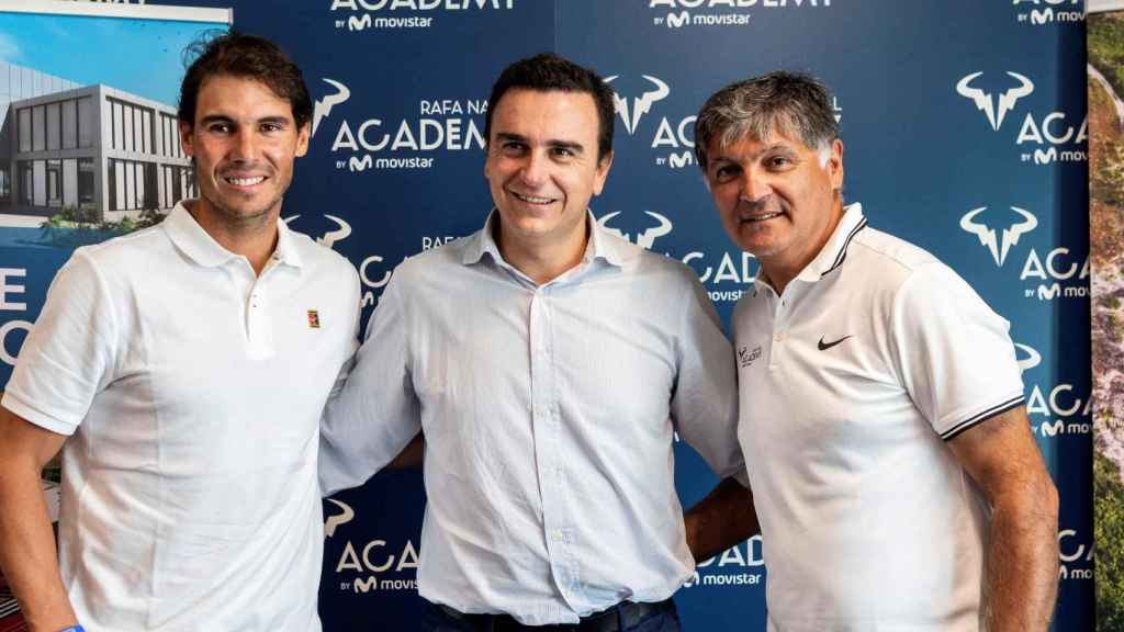 Nadal, junto a Toni Nadal y Abel Matutes en el segundo aniversario de su academia.