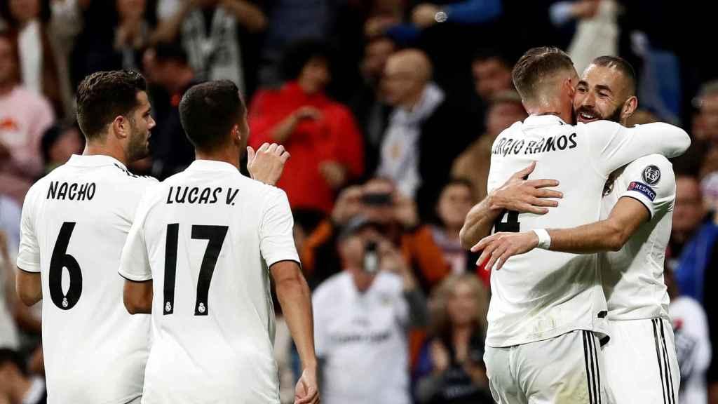 Benzema celebra su gol ante el Viktoria Pilsen con Sergio Ramos