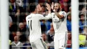Gareth Bale y Karim Benzema celebran el gol del francés ante el Viktoria Pilsen en Champions League
