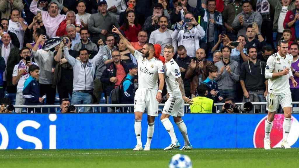 Karim Benzema celebra con su compañero Toni Kroos el primer gol de su equipo ante el Viktoria Pilsen