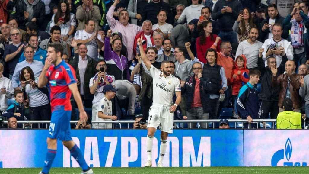 Karim Benzema celebra el primer gol de su equipo ante el Viktoria Pilsen